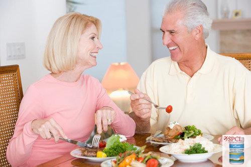 Bệnh tiểu đường là một trong những nguyên nhân chính dẫn đến nhiều bệnh hiểm nghèo nếu không được điều trị kịp thời (bệnh tim mạch vành, tai biến mạch máu não, mù mắt, suy thận…). Chính vì vậy chế độ dinh dưỡng đối với người bệnh tiểu đường là vô cùng quan trọng trong việc quá trình điều trị. Bổ sung sữa trong thực đơn chăm sóc sức khỏe cho người tiểu đường có phải là việc nên làm và sử dụng sữa nào phù hợp nhất là điều chúng ta cần phải biết?